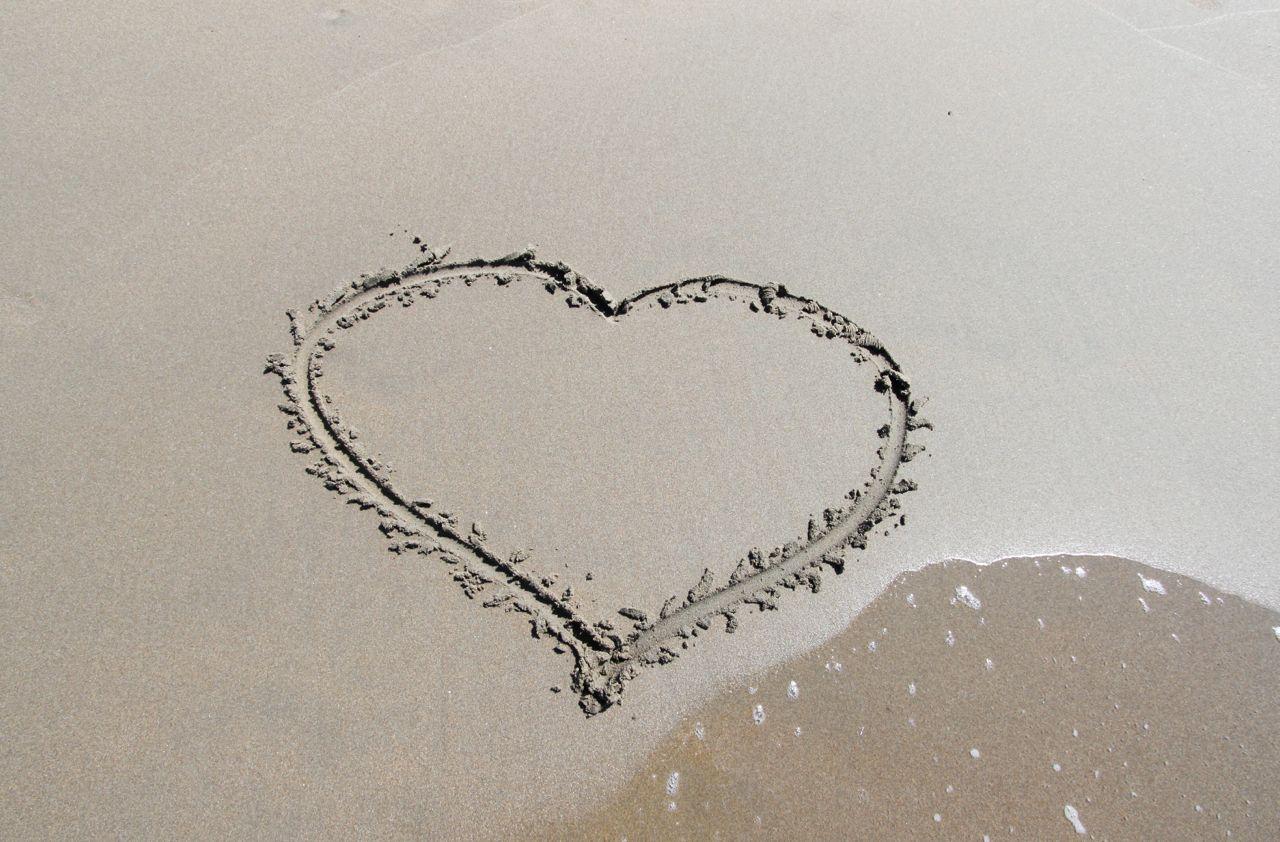 Umeni_milovat_srdce_plaz_romantika