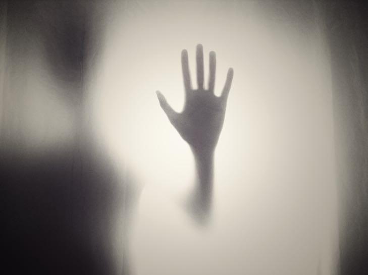 Doteky držení za ruce pozitivní účinky na zdraví